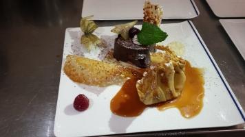 Marquise au chocolat noir sauce mentholée et aumonières sauce caramel1-min