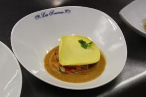 Raviole fraiche de homard aux petits légumes , coulis e crustacé et chips d'épinard 1-min