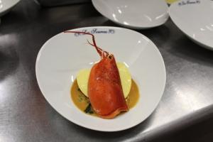 Raviole fraiche de homard aux petits légumes , coulis e crustacé et chips d'épinard 2-min