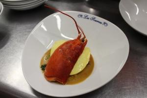 Raviole fraiche de homard aux petits légumes , coulis e crustacé et chips d'épinard 3-min