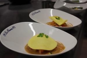 Raviole fraiche de homard aux petits légumes , coulis e crustacé et chips d'épinard2-min