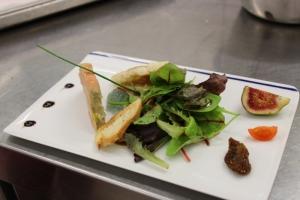 Terrine de foie gras maison, gelée à la violette , chutney de figues aromatisé au vinaigre de cidre , fleur de sel de guérande 1-min